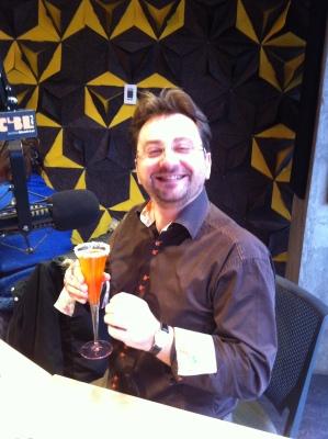 Mon ami Guenael Revel, qui déguste en ondes, mon cocktail ......