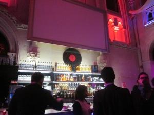 Le bar tout blanc et rose fuschia:)