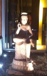 la statue devant l'entrée du restaurant...