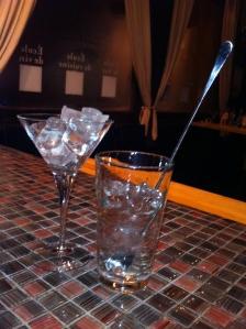 Mettez les glaçons dans le verre à cocktail et le verre à mélange...