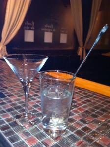 On enlève les glaçons du verre à cocktail...