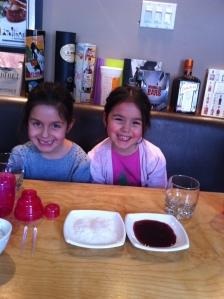 Inès & Lily qui attendent de faire leur cocktail...