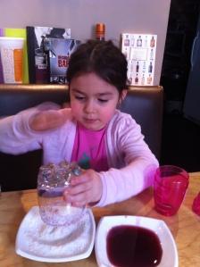 On n'oublie pas de taper le fond du verre pour ne pas avoir de noix de coco râpée dans le verre...
