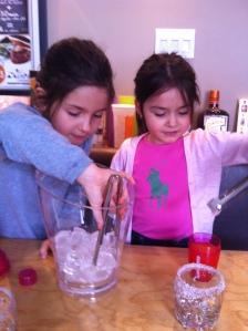 On ajoute de la glace dans les shakers...