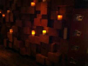 Le mur de bois à l'accueil avec les grosses bougies...