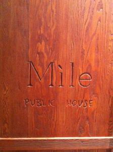 la grosse porte en bois de l'entrée...