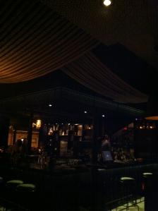 Le bar... et les cordages au plafond !
